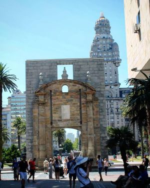 Montevideo - Puerta De La Ciudad